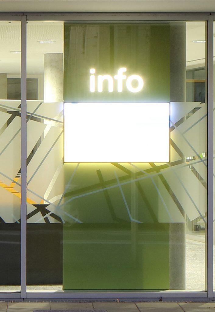 Info-Stele im Schaufenster