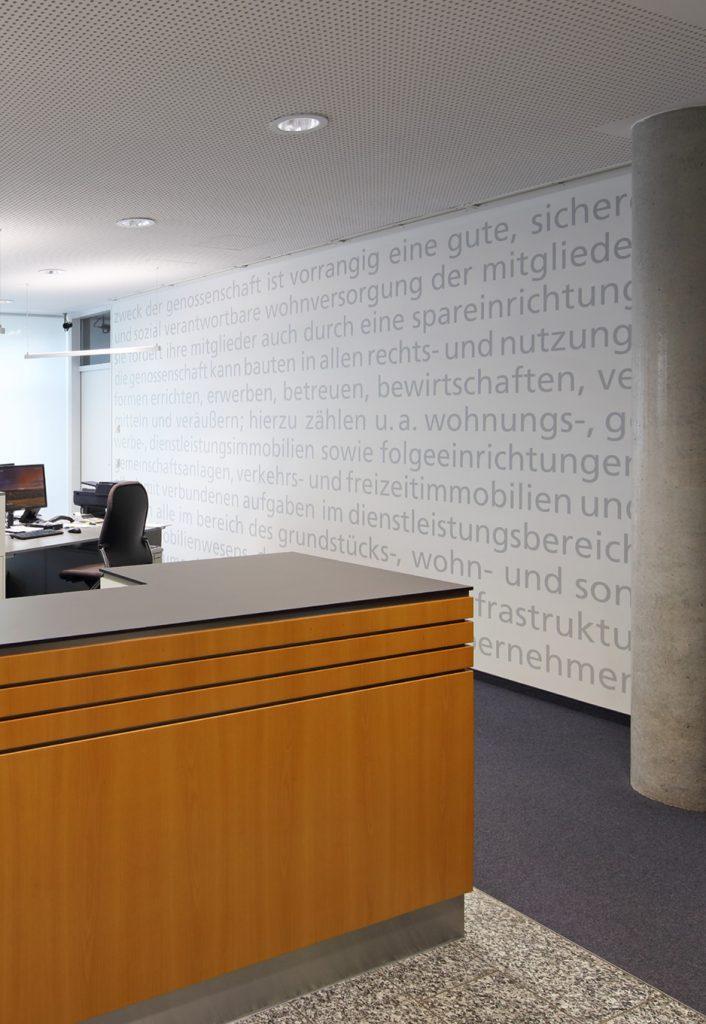 Typo-Wand mit dem Anfangstext der Satzung der uh